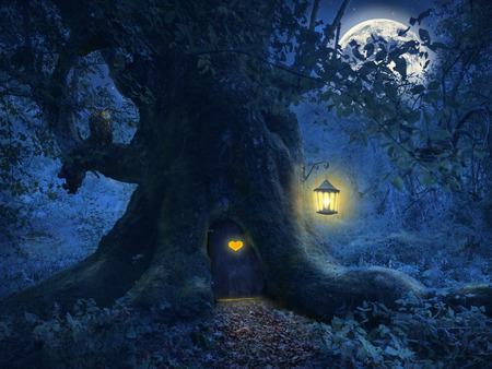 animales del bosque: Noche m�gica con una casa peque�a en el tronco de un viejo �rbol en el bosque encantado.