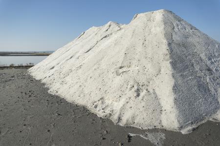 sal: Gran mont�n de sal marina extra�da a trav�s de la evaporaci�n natural en el lago de sal cerca de Burgas, Bulgaria