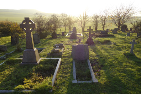 天の光は、イングランドでは、イギリスの古い墓地に輝いています。