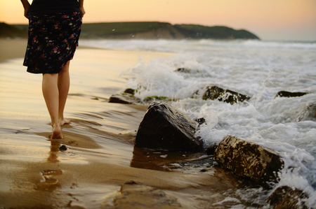 femme, jambes, marchant sur la plage, sur une chaude soirée d'été. Banque d'images