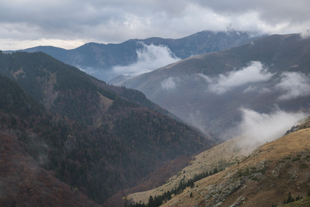 Cloudy mountain ridges in autumnal colours. 版權商用圖片