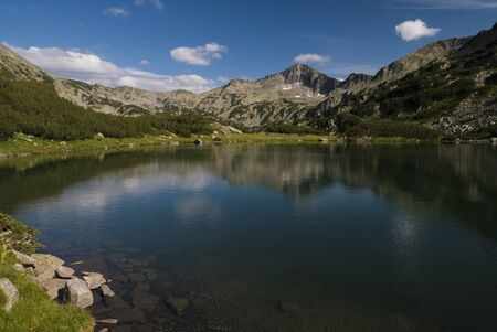 Clear still mountain lake surrounded by rocky apline landscape in Pirin National Park, Bulgaria. 版權商用圖片