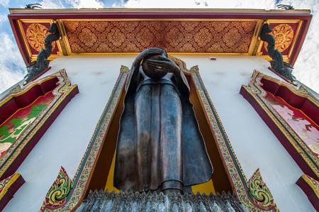 looking at view: Sotto guardando vista pagoda con sfondo azzurro in tempio buddista Thailandia.