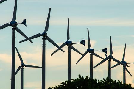 viento: Turbina de viento con rayos de luz al atardecer Foto de archivo