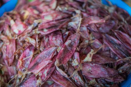 calamares: Calamar, calamares secos tradicionales que se secan en el sol en un mercado Foto de archivo