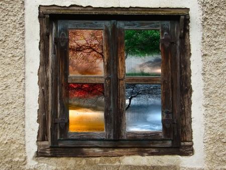 quatre saisons: Une vieille fen�tre contenant les quatre saisons Banque d'images