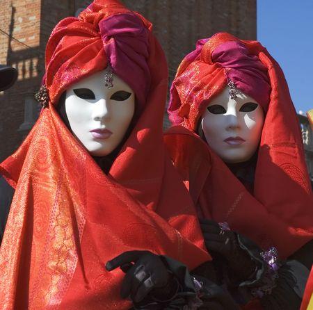 mardi gras: Due donne vestite di Carnivale, il Mardi Gras d'Europa, a Saint Marks Square, Venezia, Italia.