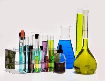 vaso de precipitado: colecci�n de equipos de laboratorio, incluyendo vasos y frascos