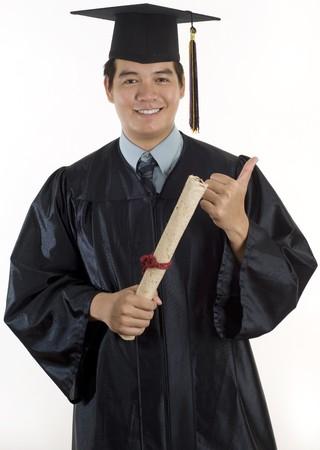 absolwent: Młody człowiek z trzonka podziałka i gown