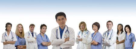 staff medico: Il medico e infermiere e interni permanente con sfondo bianco