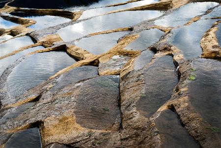 calcium carbonate: La terrazza � coperta da uno strato di depositi bianchi di carbonato di calcio cristallizzato in acqua di sorgente Archivio Fotografico