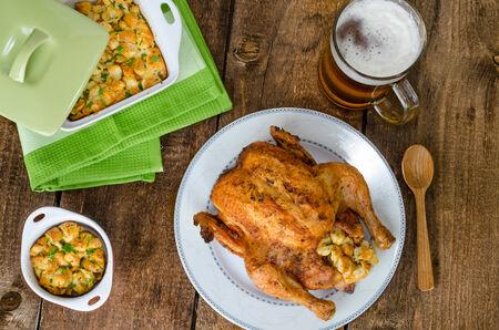 pollo rostizado: A la parrilla pollo entero y rellenas con hierbas y ortigas, cerveza checo