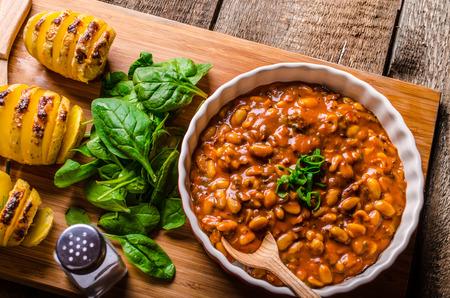 고추, 라페, 부추와 베이컨, 허브 Hassleback Potatoe 매운 카우보이 콩 스톡 콘텐츠