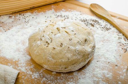 haciendo pan: Hacer pan casero en una cesta - escotilla en el mantel blanco