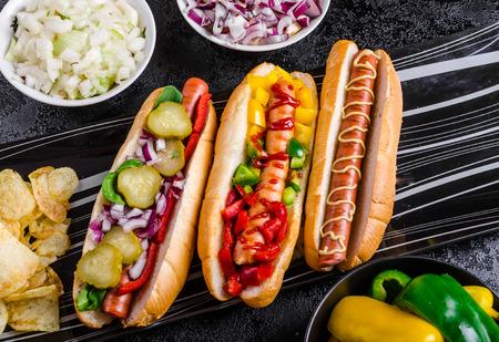 Alle rundvlees honden, variantion van hotdogs, uien, rundvlees, knoflook, chips, paprika, Spaanse peper, mosterd, ketchup Stockfoto