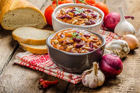 수제 칠리 콘 카네, 바이오 빵, 피리 피리 고추