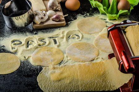semolina paste: Fare la pasta di semola italiano farina, uova bio, aglio, funghi tortellini alla fine