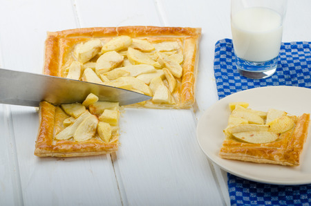 puff pastry: Rustic Apple Tart with puff pastry and milk
