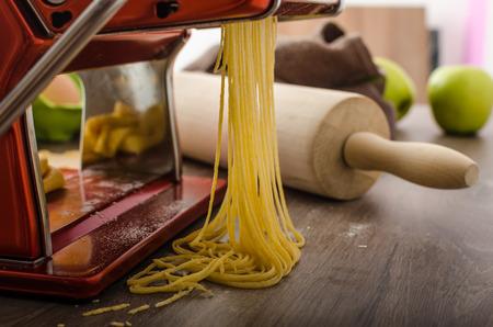semolina paste: Carbonara fatta in casa gli spaghetti di semola - produzione, macchina per la pasta