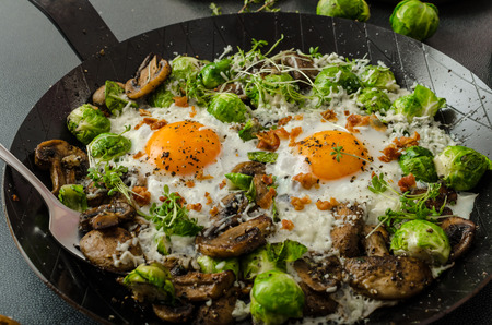 huevos revueltos: Tortilla de verduras con ojo de toros frito huevo, champiñones y las coles de Bruselas