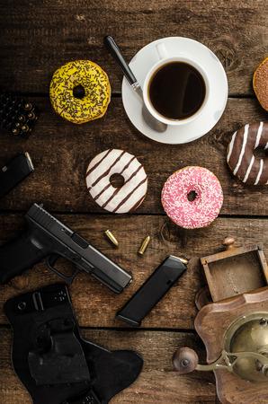 Amerikanischen Polizisten Morgen, Donuts, Saft, frisches schwarzen Kaffee und seine Waffe