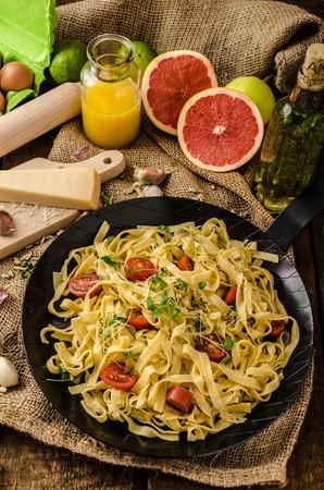 semolina paste: Pasta di semola con aglio arrostito, microherbs spolverate, fresco e gustoso, aglio cotto in forno - deliziosa Archivio Fotografico