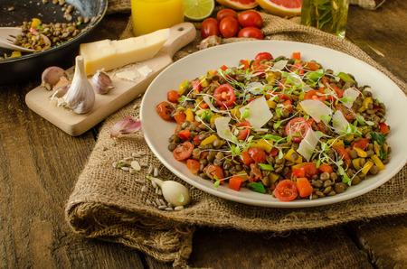 Warme salade van linzen, bio gezonde, dieet voedsel, vegetarisch, parmezaanse krullen en microgreens Stockfoto