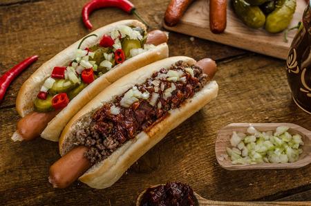 perro comiendo: Chilli y perro vegetariano caliente, encurtidos caseros, carne de res y souce barbacoa casera