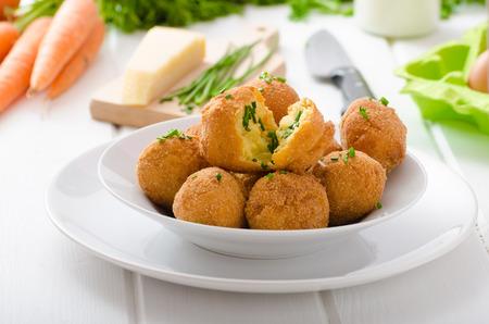 queso: Croquetas caseras de patatas con queso parmesano y cebollino, agradable y simple, pero deliciosa comida ligera Foto de archivo