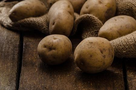 Rauwe aardappelen, op hout harde boord, voor te bereiden op gnocchi