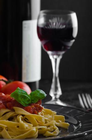 semolina paste: Pasta di semola con salsa di pomodoro piccante, aglio e basilico,
