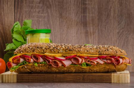 tomato  salad: R�stico baguette integral forrado con grupa ahumado, queso picante y verduras