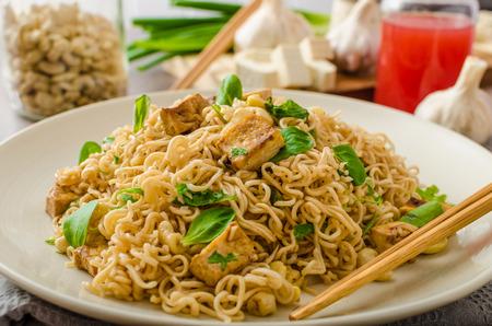 Chinesische Nudeln mit Tofu und Cashewnüssen, mit Knoblauch, frischem Salat auf Standard-Bild - 39185818