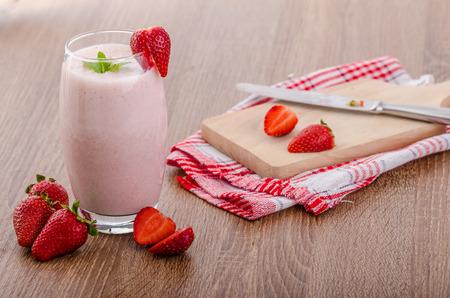 Strawberry smoothie: Frullato di fragole, belle e pulite, frutta fresca, foglia di menta