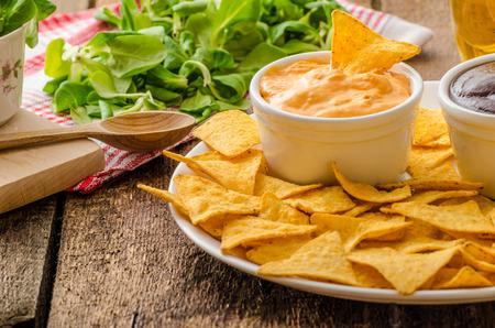 Tortilla chips met kaas dip en barbecue, Tsjechisch bier Stockfoto