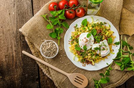 春サラダ レンズ豆、新鮮なハーブ、焼かれたナットおよびトップおいしい半熟卵 写真素材