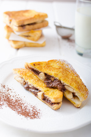 pasteleria francesa: Pan francés relleno de chocolate y plátano, leche fresca Foto de archivo