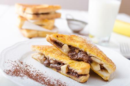 platanos fritos: Pan francés relleno de chocolate y plátano, leche fresca Foto de archivo