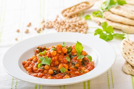 Spinazie kikkererwten curry, vers en gezond, met kruiden en Libanese brood