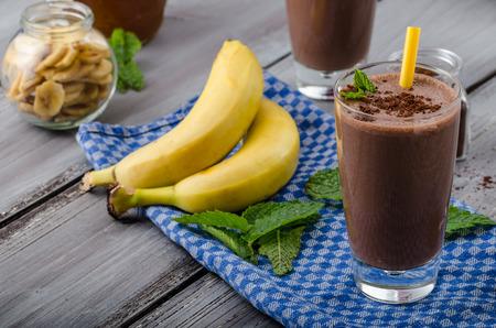 Batido de chocolate y plátano, el 70% de cacao, todo ingredience naturales Foto de archivo - 41448228