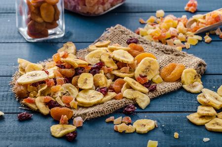 frutas deshidratadas: Frutas secas - plátanos albaricoques, papaya, arándanos