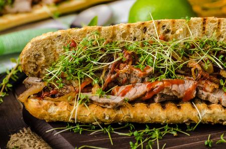 Steak-Sandwich mit Kräutern, Limetten und Microgreens