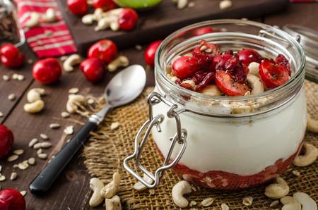 yogur: Yogur de cereza doméstica con la maravilla semillas de chía y gránulos Foto de archivo
