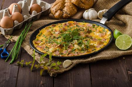 poco: Omeletta huevo con el jamón y las hierbas, huevos bio y poco de jugo de limón