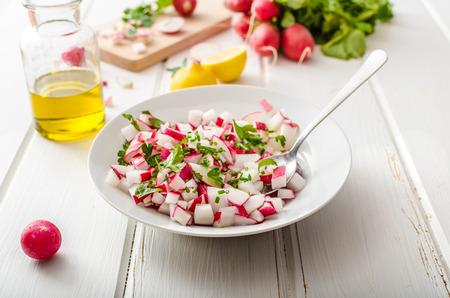 jus de citron: Salade de radis de printemps avec des herbes, vinaigrette frais et d�licieux de l'huile d'olive, le poivre, le sel et le jus de citron et le zeste Banque d'images