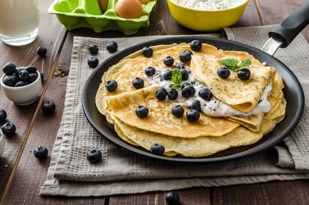 Gezonde chia pannenkoeken met bosbessen Stockfoto