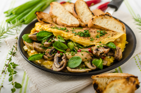 whites: Omelet with mushrooms, lambs lettuce, herbs and chilli, french toasts