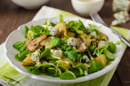 ensalada: Ensalada fresca con patatas asadas, champiñones y ensalada de lechuga de cordero con salsa de mostaza y queso azul