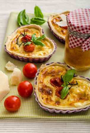 bacon love: Quiche with cheese and cherry tomatoes