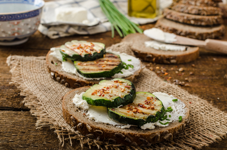colazione: Semi di pane diffusa da crema di formaggio e grigliate zucchine e fiocchi di peperoncino, erba cipollina con